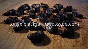 peeled blakc garlic