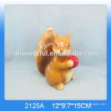 Esquilo marrom cerâmico bonito para a decoração home