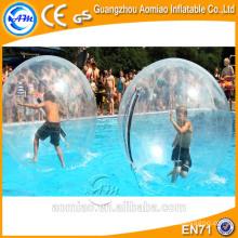 El agua al aire libre que absorbe las bolas inflables del agua que rompe la bola que rueda / la bola del agua