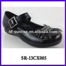 Las nuevas muchachas elegantes calzan los zapatos negros de la escuela