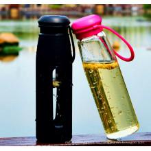 Botella de cristal caliente del deporte de agua que vende con la botella de cristal portable de la manga del silicio