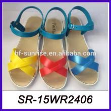 Las sandalias indias acuñan los zapatos y las sandalias las últimas sandalias de las muchachas de la manera