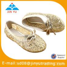 Zapatos de vestir de oro de las muchachas