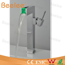 Grifo de agua de grifo de lavabo LED de presión de agua con una sola manija Qh0616f