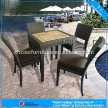 Ensemble de table de thé de meubles extérieurs et chaise de rotin