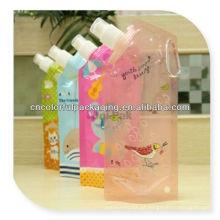 O empacotamento / retorta do suco de fruto levanta-se o malote com o saco do bico / bebida com impressão cómica