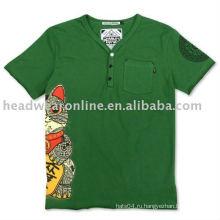 V футболки с воротником шеи с трафаретной печатью