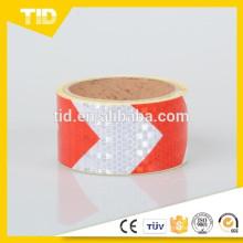 Fita reflexiva de segurança de setas vermelhas e brancas