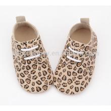 Zapatos de cuero vendedores calientes del bebé del grano del leopardo de los zapatos ocasionales de los cabritos