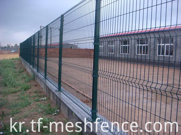 metal wire mesh fencing post with flanged plate