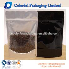 O café personalizado da impressão 250g / 500g está acima dos sacos de empacotamento com o saco alinhado janela / folha