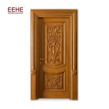Einteilige Holztür mit einfachen Schnitzereien
