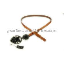 Cinturón estrecho de cuero genuino con la hebilla plateada metal del arma