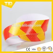 Fita reflexiva de setas vermelhas e amarelas