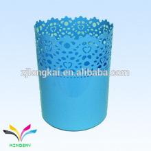 Parrilla de artilugio metálico azul con estampado de flores redondas azules