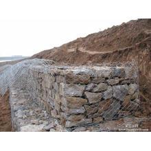 Ячеистая сеть gabion использована для охраны реки
