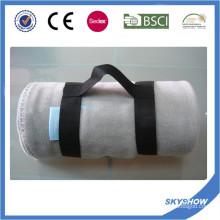 Couverture confortable polaire promotionnelle de voyage de polyester de 100% avec la poignée