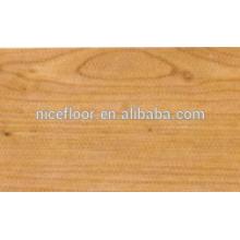 Hübscher, mehrschichtiger Holzfußboden aus Holz