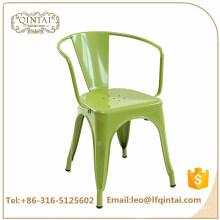 Silla industrial verde barata al por mayor de la barra de hierro con las sillas retras de la silla apilable del metal del restaurante de los brazos para la venta