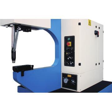 Máquina de inserción con elementos hidraulicos y fijadores