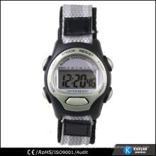 Reloj digital del muchacho común de la acción de la venta