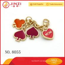 Metal de la cadena dominante con el logotipo decorativo del corazón