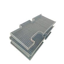 платформа из оцинкованной стали со стальной решеткой с отбойными плитами