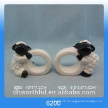 Anillo simple servilleta de papel de cerámica con figurilla de cordero