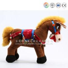 Cavalo de pelúcia com sela e rédea e cavalo de brinquedo de pelúcia branco