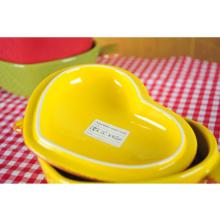 Cacerola de cerámica en forma de corazón con tapa y mango