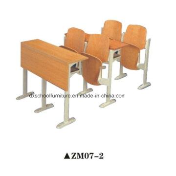 Bureau d'école en bois et chaise pour la classe d'étape