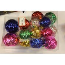 Enfeite de bola de Natal de cores sortidas com desenhos ondulados