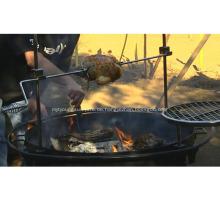 Holzkohle-BBQ-Grill im Freien mit Rotisserie
