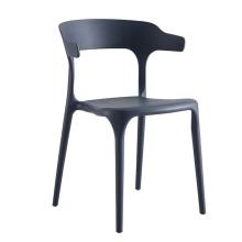 chaises en maille plastique en béton de restaurant