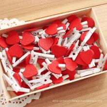 Belle petite cheville en bois avec coeur rouge