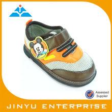 Zapato popular de la marca de fábrica del muchacho popular