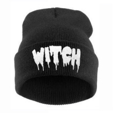 Bonnet (HW146) de broderie d'hiver de crâne de sorcière tricotée par unisexe
