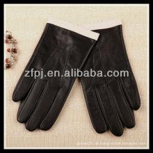 Mode Dame trägt smartphone Leder Touch Handschuh