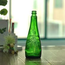 Grüne Bierflaschen mit Blumenmuster