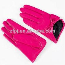 Corto de cuero rosa adornan guantes