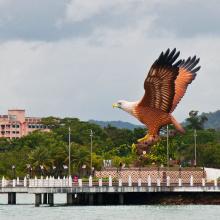 grande escultura ao ar livre metal artesanato bronze águia estátua malásia