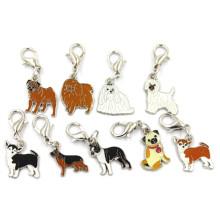 Diversas razas del perro del esmalte cuelgan los encantos de la joyería del metal