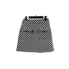 Saia feminina estampada com pontos pretos e brancos