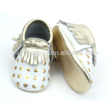 Los mocasines recién nacidos del oro del bebé calzan pattems lindos para los zapatos de bebé