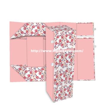 Dobrando a caixa de presente de empacotamento de papel