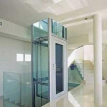 Ascensor sin hogar de la casa de la máquina con la cabina de cristal