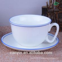 Salon de café en tasses en céramique et en assortiment de soucoupes
