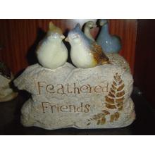 Oiseau en céramique sur la décoration de jardin en pierre