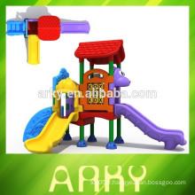 2015 enfants drôles jouent glisser la petite structure de jeu en plastique à l'extérieur