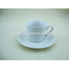 Taza de café clásico de la porcelana con el platillo